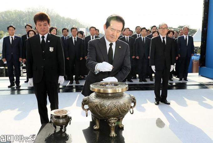 제58주년 4․19혁명 기념일 맞아 국립 4.19 민주묘지에 참배(2).JPG