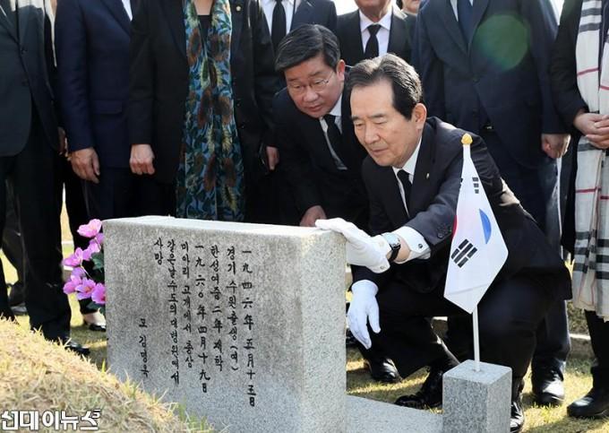 제58주년 4․19혁명 기념일 맞아 국립 4.19 민주묘지에 참배(4).JPG
