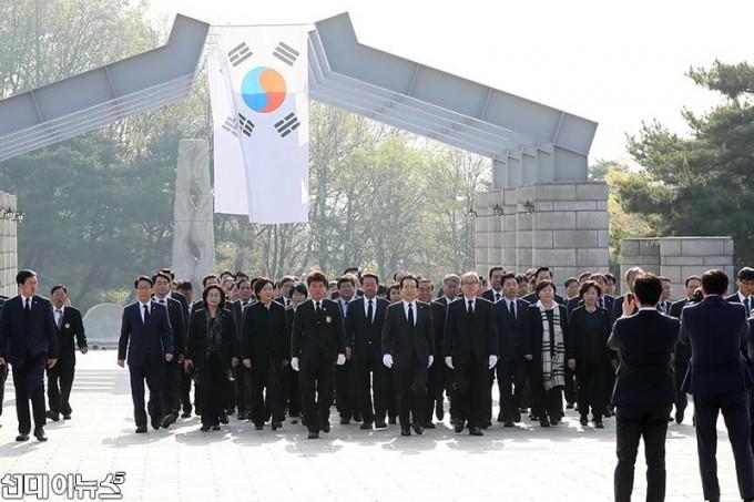 제58주년 4․19혁명 기념일 맞아 국립 4.19 민주묘지에 참배(1).JPG