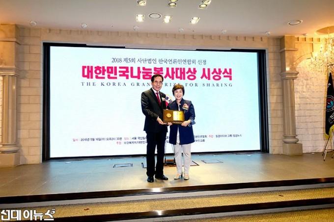 180516_전혜숙-의원,-2018-제5회-대한민국나눔봉사대상-수상사진.jpg