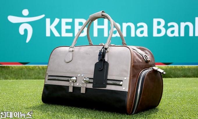 0914에서 장인이 수제로 제작한 KEB하나은행 인비테이셔널 우승자 기념 보스톤백.jpg