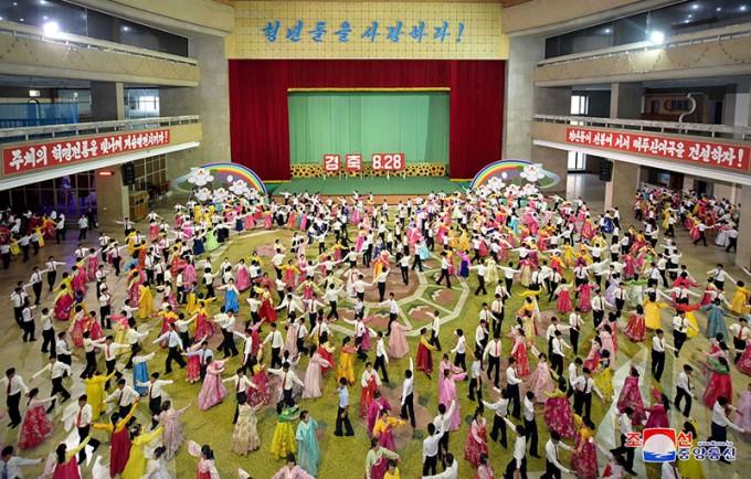 2018년-북한-청년절-경축-청년·학생들의-무도회.jpg