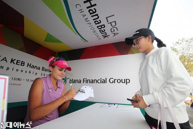 렉시-톰슨이-지난-15회-대회에서-갤러리-사인회에-참가해-직접-한국의-골프팬을-만나는-시간을-가졌다.jpg