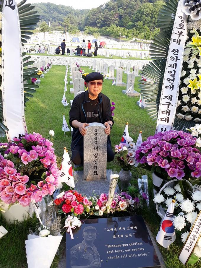 2018년6월6일-서울-현충원-채명신-장군-묘지에서-필자.jpg999.jpg