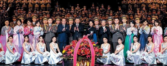 북한예술단-시진핑.-1월-27일-베이징-국가대극원에서-공연-관람.jpg