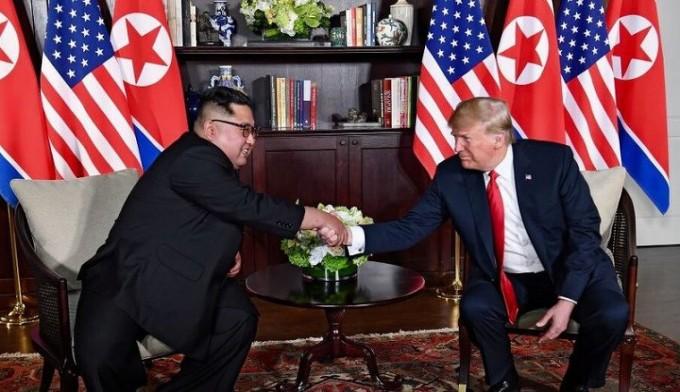 2018년 6월 12일 싱가폴 센토사 섬에서 악수하는 김정은과 트럼프..jpg
