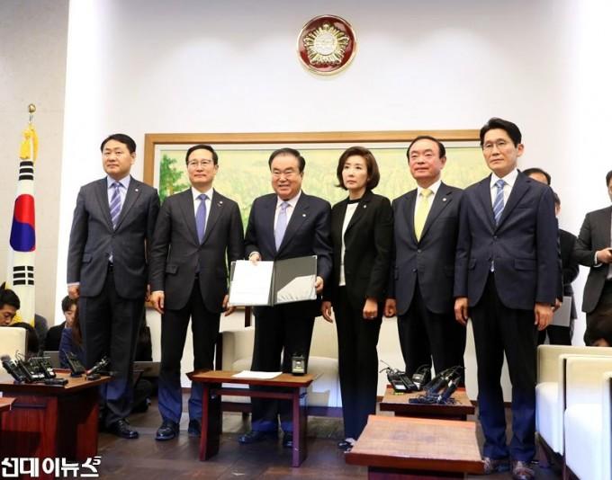 '일하는-국회법'-정부-이송에-서명(1).jpg