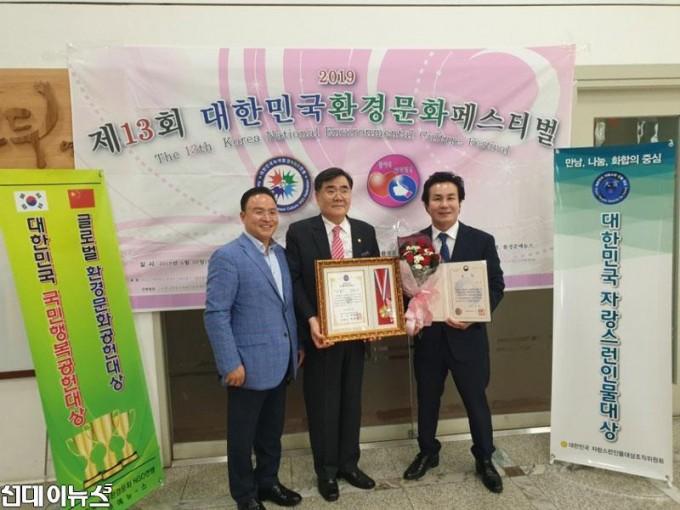 김한구-KR그룹-회장(오른쪽).jpg