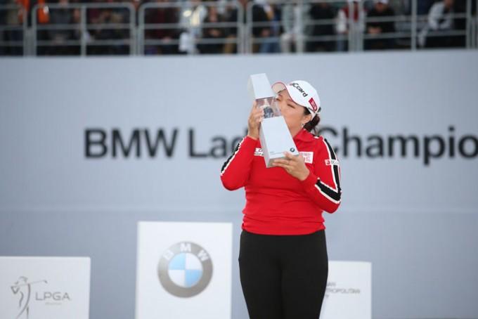 [사진]-BMW-레이디스-챔피언십-우승-트로피에-키스하는-장하나.jpg