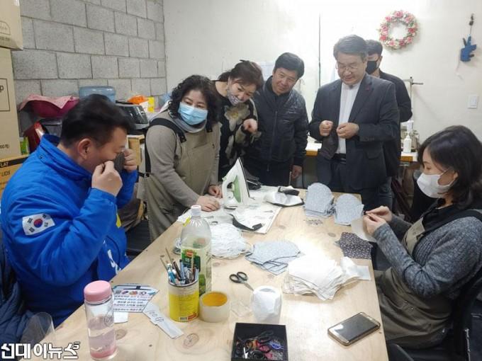 송영길-의원,-면마스크-제작-계양구-자활센터-격려방문-사진-1-min.jpg