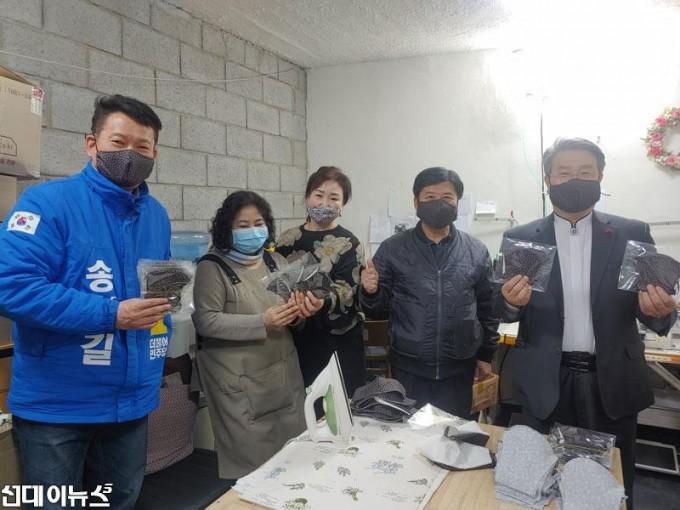 송영길-의원,-면마스크-제작-계양구-자활센터-격려방문-사진-2-min.jpg