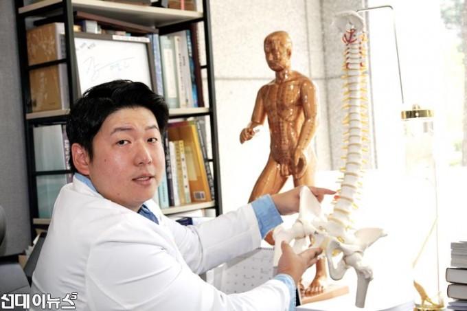 ▲정진우 시온한방병원장 디스크증상 설명모습.jpg