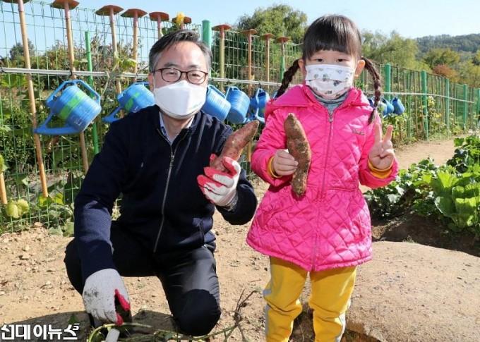 20201023[금천포토]아이들과 함께하는 고구마캐기 체험 행사(사진5)555.jpg