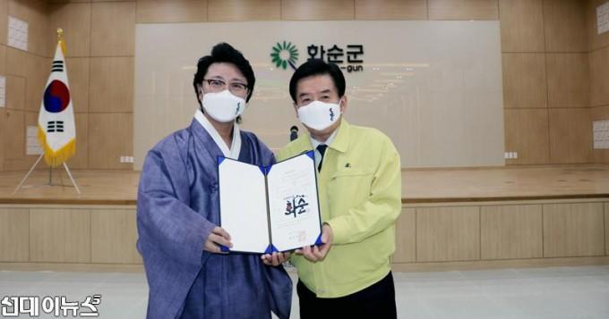 한한국-세계평화작가-작품-기증-및-화순군-홍보대사-위촉식-사진3.jpg