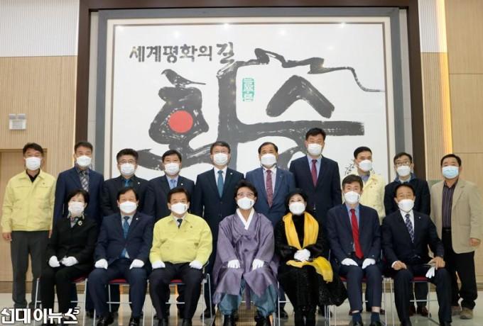 한한국-세계평화작가-작품-기증-및-화순군-홍보대사-위촉식-사진6.jpg