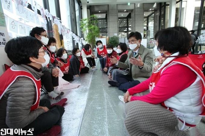 청소노동자 파업현장방문 사진13333.jpg