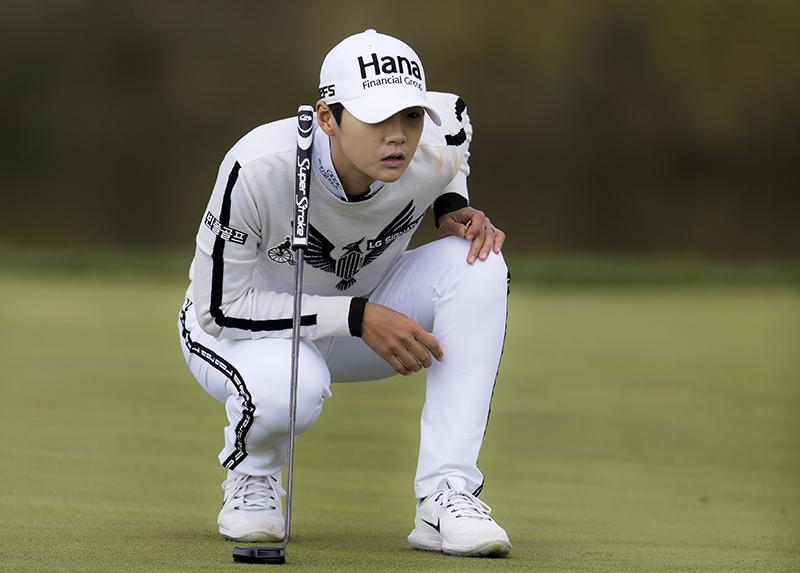 박성현프로가 꼼꼼하게 퍼팅라인을 살피고 있다.