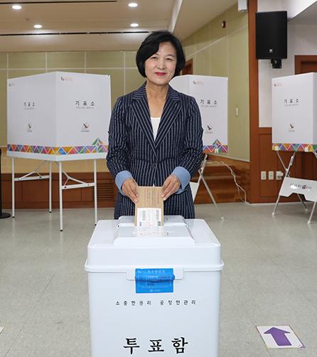 추미애 대표, 고향 대구서 사전투표