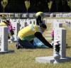 [포토] 국립서울현충원 묘비 닦는 신천지 자원봉사단