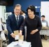 문재인 대통령 '사전투표' 참여...
