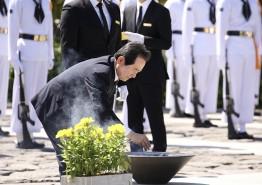 '노무현 전 대통령 추도식' 분향하는 정세균 국회의장
