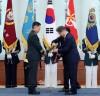 문재인 대통령, 군 장성  4명 진급...'호국,통일,번영' 삼정검 수여