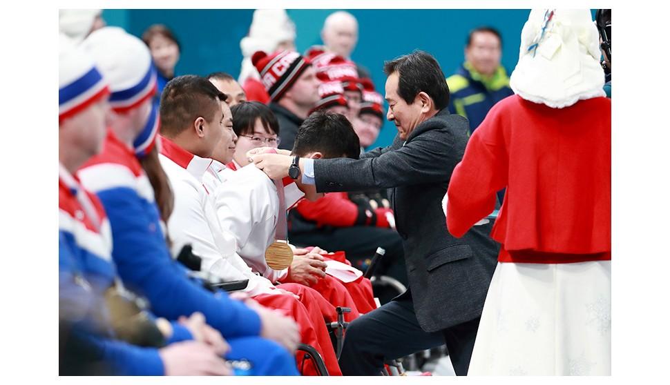 [SNS포토]정세균 의장, 평창 동계 페럴림픽 휠체어컬링 메달 수여