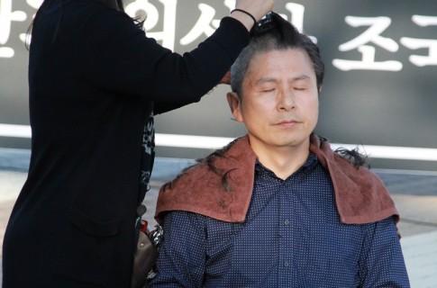 """""""황교안 당대표 삭발투쟁"""""""